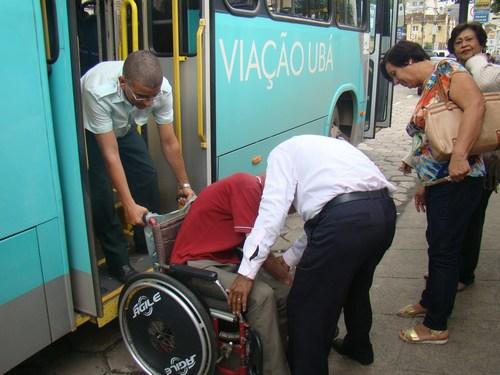 Cadeirante idoso enfrenta dificuldades para entrar no ônibus