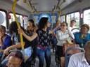Passageiros viajam em pé no ônibus lotado