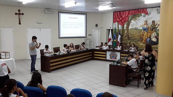 Alunos do Sesi participam de atividades do projeto Escola na Câmara