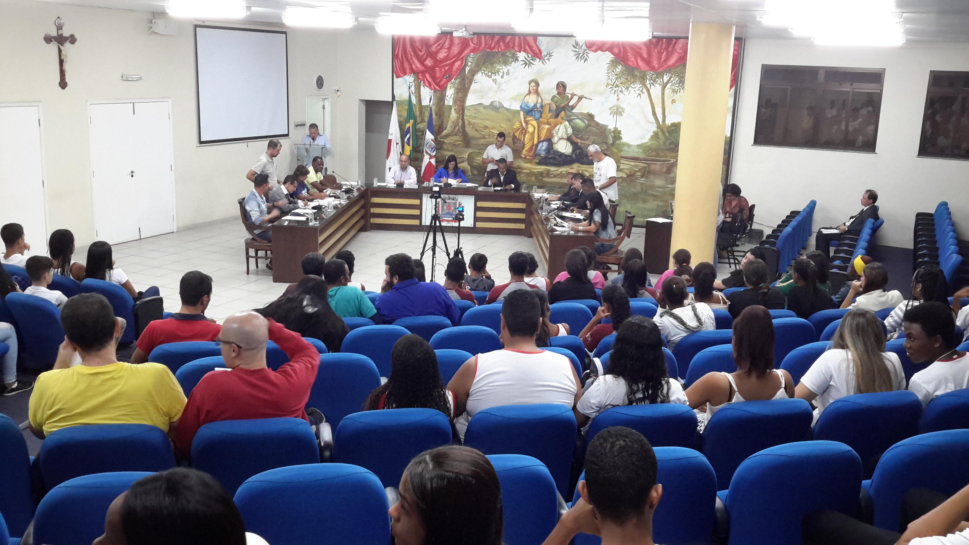 Estudantes da Escola Estadual Padre Joãozinho acompanham reunião ordinária na CMU